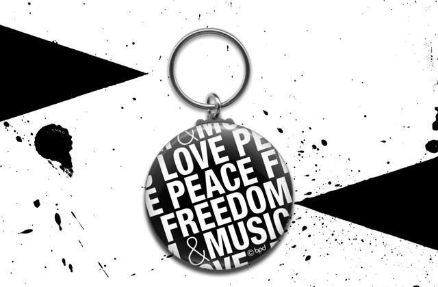 LOVE PEACE FREEDOM MUSIC タイポグラフィのキーホルダー